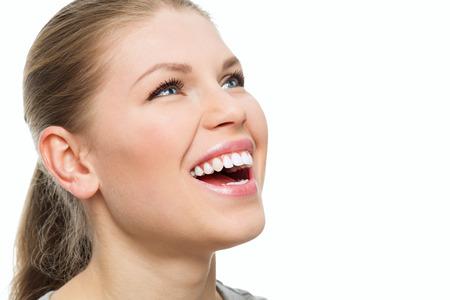 Zähne und Zahnfleisch Behandlung. Frischen Atem. Portrait von attraktiven kaukasischen Frau mit perfekten Lächeln.