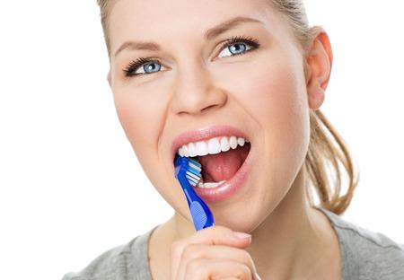 higiene bucal: La higiene y la prevención Oral. Retrato de joven caucásica limpieza de sus dientes y la lengua, aislado en blanco hembra.