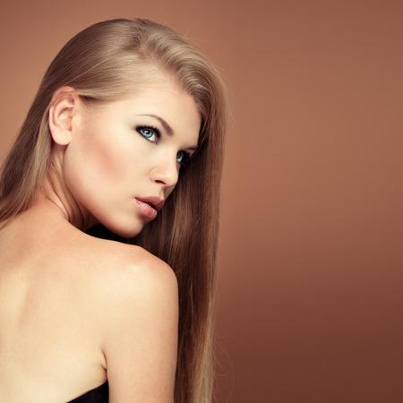 aretes: Modelo de sal�n de peinado. Retrato de la mujer del encanto con el pelo largo perfecto con espacio para texto. Foto de archivo