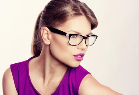 紫色の唇との美しい若いを金髪身に着けているスタイリッシュな眼鏡のクローズ アップの肖像画。眼鏡で魅力的な白人の女性実業家。