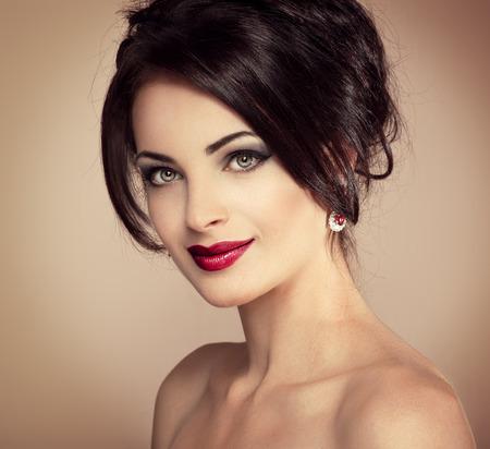aretes: Close-up retrato de mujer hermosa con el peinado de noche y maquillaje profesional. Jóvenes modelo de moda femenina que llevan pendientes de lujo bastante caucásicas. Foto de archivo