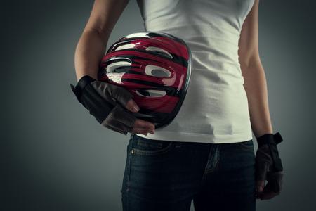 운동을위한 준비 보호용 헬멧을 자전거를 들고 자전거 여자의 초상화.