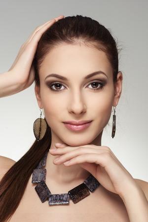 aretes: Close-up retrato de la joven con estilo chica morena de raza caucásica usar joyas masiva.