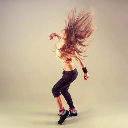 tänzerin: Studio schießen der aktiven weiblichen funk jazz Tänzer bewegten. Sport- und Freizeitkonzept.