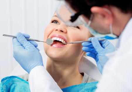 dentaire: Traitement dentaire. Traitement molaire. Jeune patiente visitant bureau de dentiste.
