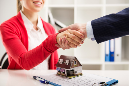 home loans: Due uomini d'affari si stringono la mano come un accordo di successo