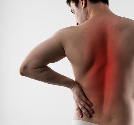 medula espinal: La inflamación y el dolor de espalda. Hombre joven que sufre de la enfermedad de la columna vertebral o espasmo. Foto de archivo