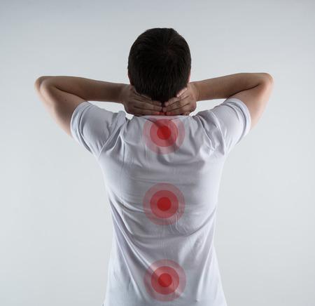 脊髄の問題。背骨に赤点と男性背中のクローズ アップ。理学療法の概念。