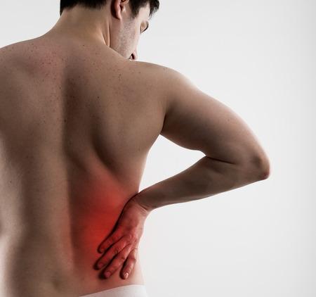 higado humano: Enfermedad hepática Dolor. Espasmo del nervio en el cuerpo masculino indicado con punto rojo. Atención de la salud y la medicina.