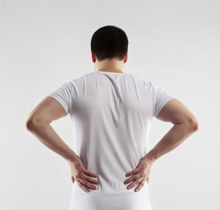 Man pijnlijke rug en lendenen. Jonge man te raken zijn lichaam pijn. Nerve spasmen. Chronische pijn concept.