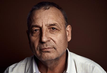 homme triste: Close-up portrait de l'homme caucasien contemplatif haute penser à quelque chose et en regardant la caméra.
