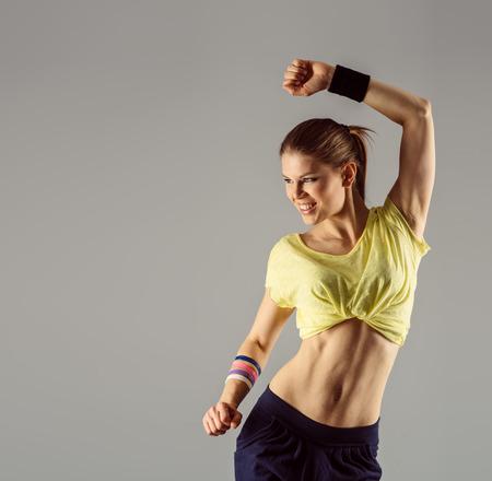 Eigentijdse danser. Portret van een jonge actieve vrouwelijke uitoefenen zumba dansen in de klas met ruimte voor tekst.