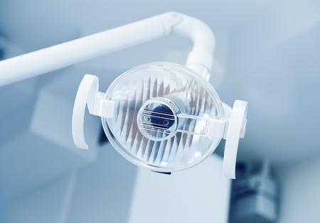 Primer plano de la lámpara en la clínica dental. Interior de la oficina del dentista. Cuidado de la salud y medicina Foto de archivo
