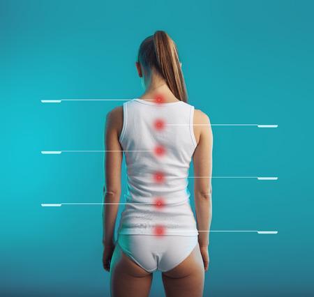 medula espinal: la médula espinal etiquetada. Mujer joven con la columna vertebral sana y la postura. Concepto de la columna y los nervios del sistema de tratamiento vertebral.