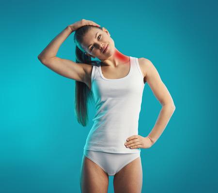 collo: Giovane donna che esercitano il collo, che si estende a sinistra del suo corpo. Concetto di dolore al collo, lesioni alla schiena e la terapia.