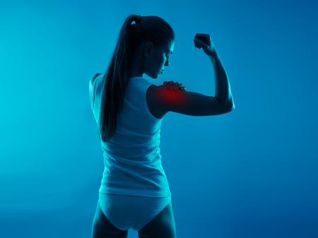 vientre femenino: problemas digestivos. mujer joven que toca su vientre en el dolor. Salud y cuidado del cuerpo. Foto de archivo