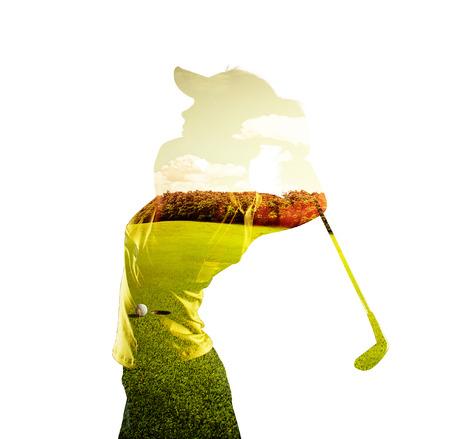 若い女性のゴルフ プレーヤー開催クラブの二重露光は、緑の草原と空と組み合わせます。ゴルフのコンセプトです。
