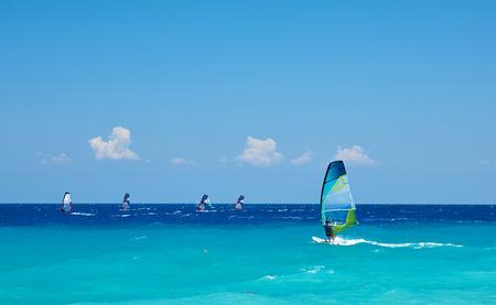 Windsurfen auf blauem Wasser. Extremsport, Abenteuer und Spaßkonzept.