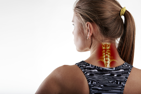 Nekpijn, ontsteking of ziekte op een vrouwenlichaam. Close-up van de vrouwelijke atleet die nek ziekte.