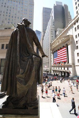 new york stock exchange: New York, New York, 12 luglio 2010 - looking da dietro la statua di George Washington nella sala federale verso il New York Stock Exchange in Lower Manhattan.