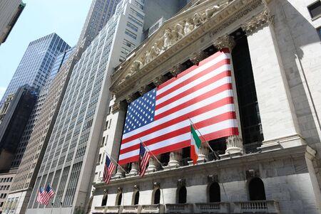 stock  exchange: Nueva York, Nueva York, el 12 de julio de 2010 - la bolsa de Nueva York hist�rico en 11 de Wall Street, decorado con una gran bandera estadounidense.