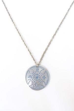 collares: Un collar de plateado con dise�os nativo americanos.