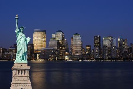 El hito estatua de la libertad, contra el impresionante horizonte de la ciudad de Nueva York.