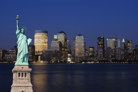 Le point de repère Statue de la liberté contre le skyline impressionnante de la ville de New York.