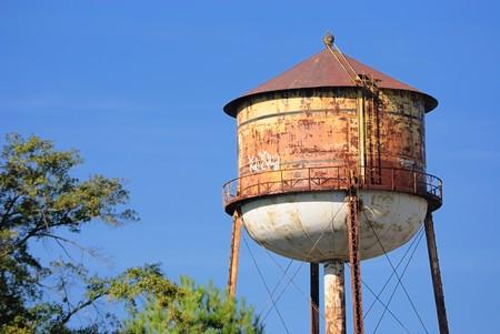 """wody wieży: Rusty grungy Wieża ciÅ›nieÅ"""" w przestrzeni powietrznej Zdjęcie Seryjne"""