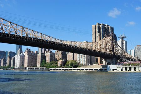 ミッドタウン イースト川を渡ってからクイーンズボロー ブリッジとマンハッタンのスカイライン。 写真素材