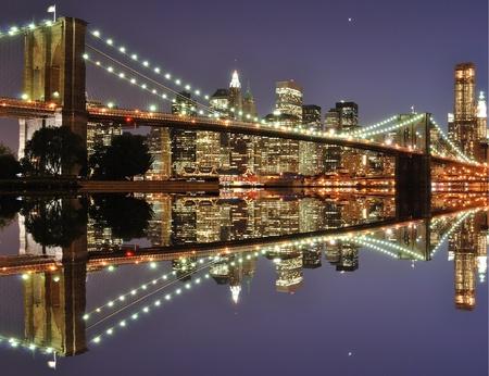 El Lower Manhattan Skyline con serias reflexiones en la ciudad de Nueva York. Foto de archivo