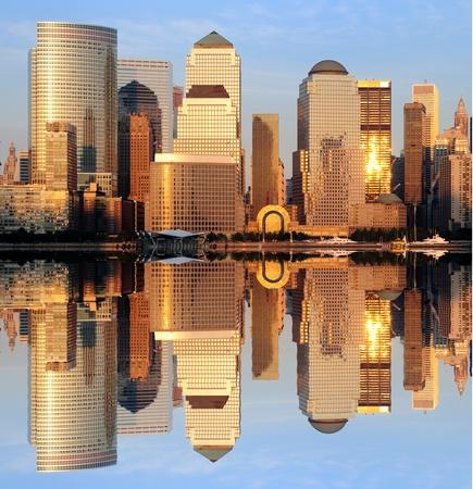 De Lower Manhattan Skyline met ernstige reflecties in New York City.