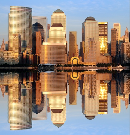 La Lower Manhattan Skyline avec r�flexions s�rieuses � New York. Banque d'images
