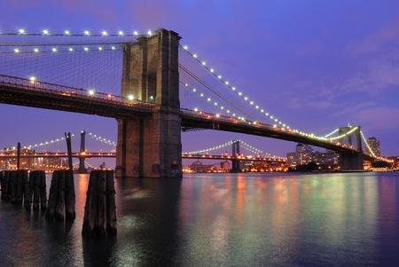 Le pont de Brooklyn chatoyante pendant la nuit. Banque d'images