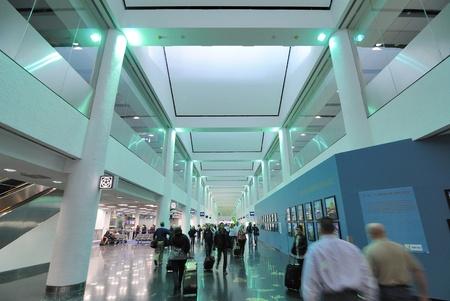 Miami, Florida, el 2 de enero de 2011 - multitudes regreso de las vacaciones en el Aeropuerto Internacional de Miami en Miami. Foto de archivo - 8540889