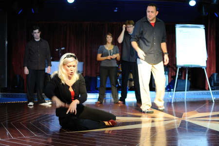 노르웨이 진주 크루즈 선박 - 2011 년 1 월 1 일 - Second City Comedy Troupe의 회원은 카리브 해의 노르웨이 진주 유람선을 타고 공연합니다.