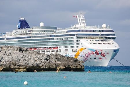 Gran Stirrup Cay, Bahamas, el 1 de enero de 2011: El lujo crucero transatl�ntico noruego Pearl anclado frente a las costas de las Bahamas. Editorial