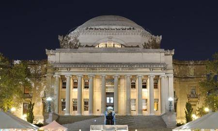 De bibliotheek van Columbia Universary met menigten hieronder voor een festival in New York City.
