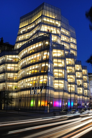 NEW YORK CITY - OCTOBER 19: IAC building on the west side of Manhattan in Chelsea was built by Frank Gehry for InteractiveCorps October 19, 2010 in New York, New York. Zdjęcie Seryjne - 8797113