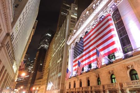 new york stock exchange: NEW YORK CITY - 26 maggio: Guardando verso il New York Stock Exchange su Wall Street 26 maggio 2010 a New York, NY.