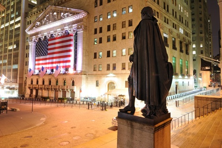 new york stock exchange: NEW YORK CITY - 22 maggio: Dietro la George Washington statua guardando verso la borsa di New York, a Wall Street 26 maggio 2010 a New York, NY. Editoriali
