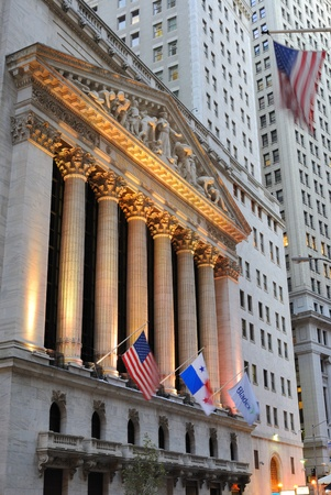 NEW YORK CITY - 13 oktober: De historische New York Stock Exchange op Wall Street, de grootste effectenbeurs van de wereld, 13 oktober 2010 in New York, NY.