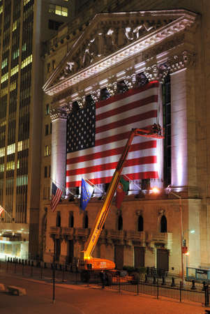 new york stock exchange: NEW YORK CITY - 26 maggio: Gru e lavoratori Metti in sulla grande bandiera sul New York Stock Exchange 26 maggio 2010 a New York, NY. Editoriali