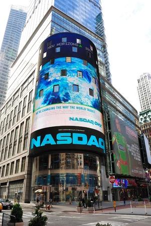 NEW YORK CITY - 18 kwietnia: The NASDAQ Stock Exchange na Times Square 18 kwietnia 2010 w New York, NY. Publikacyjne