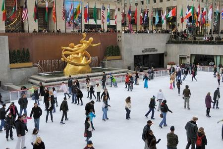 patinaje sobre hielo: Gente disfrutando de Rockefeller Center Ice Skating en Nueva York. 19 De febrero de 2010. Editorial