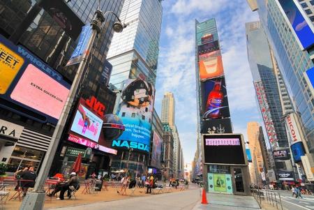 ニューヨーク - 6 月 27 日: 液晶ジャンボトロン看板、ニューヨーク、ニューヨークの有名なタイムズスクエア 2010 年 6 月 27 日に。 写真素材 - 8797091