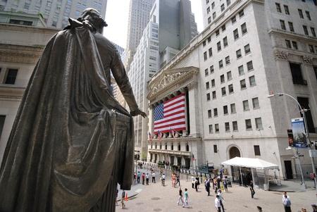 stock  exchange: CIUDAD de nueva YORK - multitudes bajo la estatua de George Washington en el Federal Hall y el New York Stock Exchange Building en Wall Street, el 6 de junio de 2010 en Nueva York.
