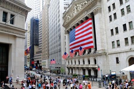 new york stock exchange: NEW YORK CITY - 27 maggio: Riempimento folle muro di fronte al New York Stock Exchange 27 maggio 2010 a New York, NY.