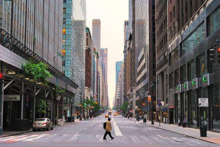 NEW YORK CITY - Ein einsamer Fußgänger am Anblick der 7. Allee am 8. April 2010 in New York, NY.