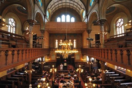 lower east side: CIUDAD de nueva YORK - el 6 de junio: El santuario interior de la sinagoga de la calle Eldridge, un hito en el Lower East Side, el 6 de junio de 2010 en Nueva York.